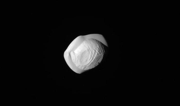 s003111971 Получены самые детальные снимки спутника Сатурна — Пана
